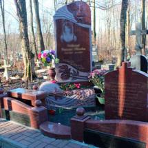 Памятники и нагробные сооружения